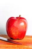 нож яблока свежий Стоковая Фотография