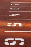номера участвуют в гонке красный след стоковые фото