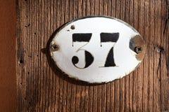 номерной знак 37 на деревянной предпосылке Стоковое Изображение RF