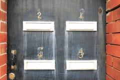 Номер адреса в деревянной двери стоковые фотографии rf
