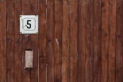 Номер адреса улицы с деревянной стеной Стоковые Изображения RF