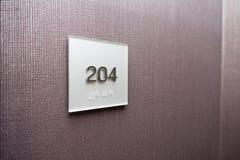 Номер гостиничного номера на текстурированной стене стоковая фотография