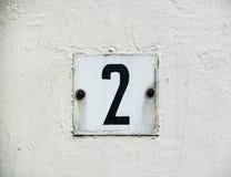 Номер два 2 дома черным по белому стоковое фото