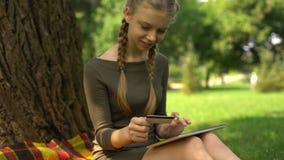 Номер девочка-подростка входя в кредитной карточки родителей для того чтобы оплатить билеты, резервирование сток-видео