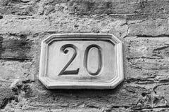 Номер дома высекаенный в планшет глины на фасаде стоковое изображение