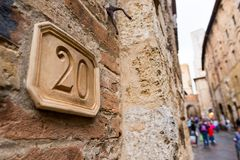 Номер дома высекаенный в планшет глины на фасаде стоковая фотография rf