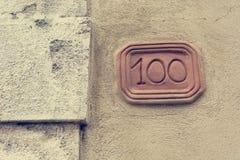 Номер дома высекаенный в планшет глины на фасаде стоковые изображения rf
