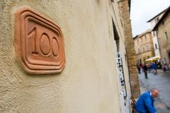 Номер дома высекаенный в планшет глины на фасаде стоковые изображения
