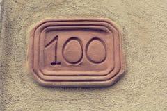 Номер дома высекаенный в планшет глины на фасаде стоковое изображение rf