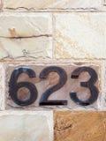 Номер дома 623 на стене песчаника стоковая фотография