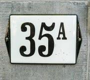 Номер дома 35A 35 a, черные номера на белой плите w стоковые фотографии rf