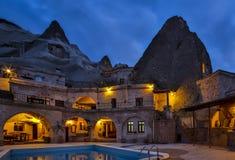 Номер каппа свой гостиница пещеры утеса на ноче Стоковые Фото
