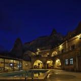 Номер каппа свой гостиница пещеры утеса на ноче Стоковое Изображение RF