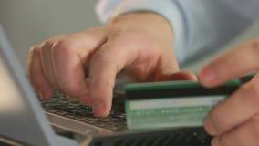 Номер карты на компьтер-книжке, конец-вверх банка предпринимателя печатая пальцев человека акции видеоматериалы