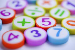 Номер математики красочный на белой предпосылке: Математика исследования образования стоковое изображение