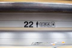Номер места на самолете говорит где пассажир зарезервировал Стоковое Фото