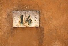 Номер дома на стене стоковые изображения