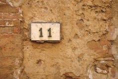 Номер дома на стене Стоковые Фото