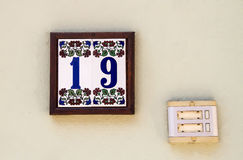 Номер дома с дверной звонок стоковые фото