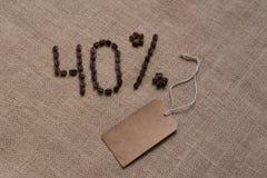 номер 40% от кофейных зерен на мешковине стоковые фотографии rf
