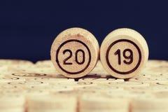 Номер 2019 против черной предпосылки, деревянные бочонки lott стоковое фото rf