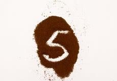 Номер сделанный из земного изолированного кофе на белой предпосылке стоковая фотография rf