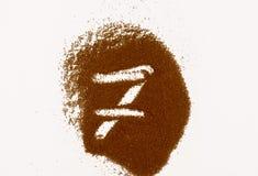 Номер сделанный из земного изолированного кофе на белой предпосылке стоковое фото
