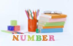 Номер слова на запачканной предпосылке школьных принадлежностей Фото с космосом экземпляра стоковые изображения rf