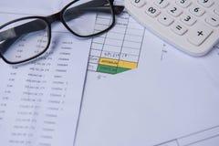 Номер счета крупного плана на напечатанных бумаге, калькуляторе и стеклах Стоковое Изображение