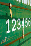 Номер табло игры в петанки на зеленой ржавой плите текстуры металла Стоковые Фото
