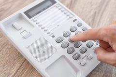 Номер человека набирая на телефоне стоковое изображение rf