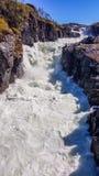 Норвегия - грубый водопад падая к скалистому ущелью стоковое фото