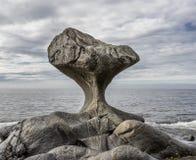 Норвегия, необыкновенный камень в взгляде побережья Атлантического океана на Kannestei Стоковое Фото