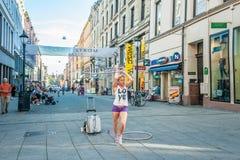 Норвегия, Осло 1-ое августа 2013 Танцы гимнаста девушки в квадрате с Осло Дополнительный доход для студента редакционо стоковые фото