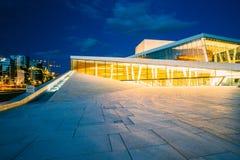 Норвегия Осло Взгляд со стороны ярко загоренного фасада оперы Стоковые Изображения