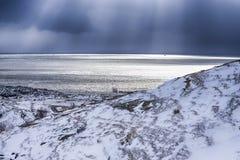 Норвежец путешествуя идеи Изумительный заход солнца над океаном на Lo стоковое фото rf