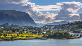 Норвежская деревня в ландшафте фьорда на солнечный день Стоковые Фотографии RF