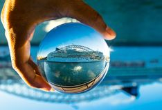 Норвежская фотография туристического судна драгоценности в ясном кристаллическом стеклянном шарике стоковое изображение rf