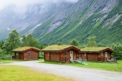Норвежские деревянные дома с травой на крыше на ноге горы Стоковая Фотография RF
