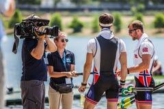 Норвежские спортсмены на мире гребя конкуренцию чашки давая интервью для ТВ Стоковые Изображения