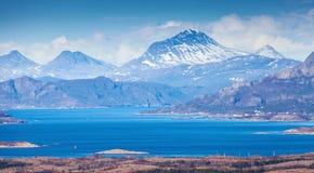 Норвежский ландшафт горы с морем и фьордами стоковое изображение rf