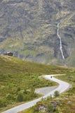 Норвежский ландшафт дороги горы Водопад и кабина Motorcyc Стоковые Изображения
