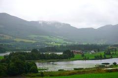 Норвежский ландшафт деревни с фьордом, высокими горами и красочными домами в былом, Норвегией стоковое изображение rf