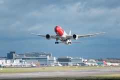 Норвежский самолет авиакомпаний принимает от аэропорта Лондона Gatwick, с мытьем w двигателя стоковые изображения