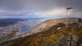 Норвежский флаг na górze держателя Ulriken Стоковая Фотография