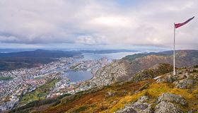 Норвежский флаг na górze держателя Ulriken Стоковые Фотографии RF