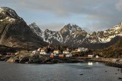 Норвежский фьорд на островах Lofoten с типичными домами и небом стоковые изображения rf