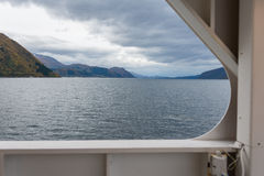 Норвежский фьорд с паромом Стоковые Изображения