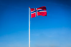 Норвежский флаг развевая в ветре, Норвегия Стоковое фото RF