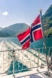 Норвежское летание флага на кормовой палубе туристического судна фьорда стоковое фото
